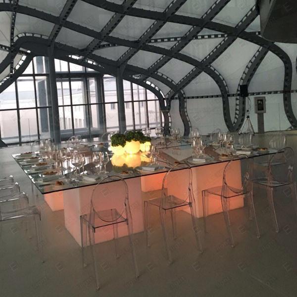 Tavolo Square luminoso e sedia Victoria trasparente
